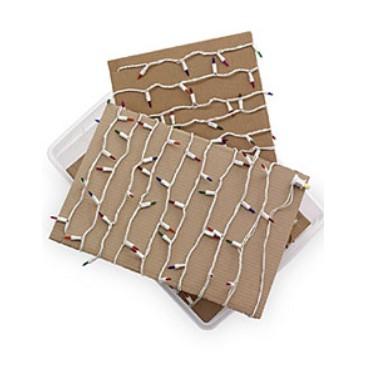 Luzes de Natal enroladas em papelão