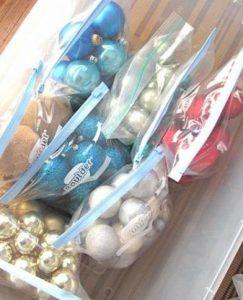 Organizar bolas de Natal em sacos com fecho