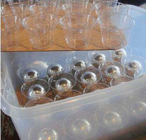 Organizar bolas de Natal em caixas com copos de plástico