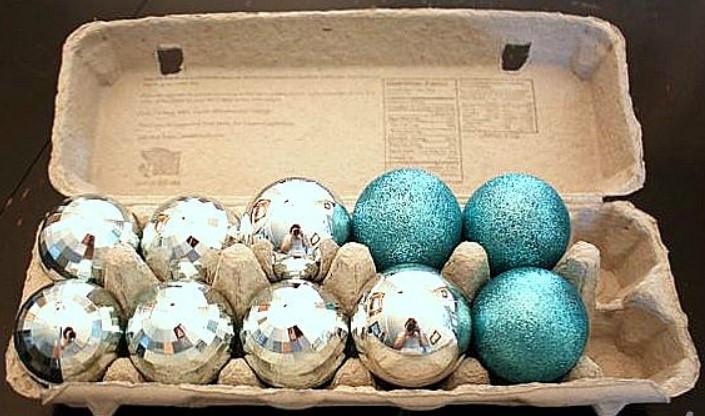 Organizar bolas de Natal em caixas de ovos