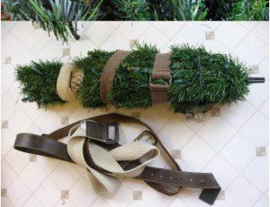 Árvore de Natal presa com cintos