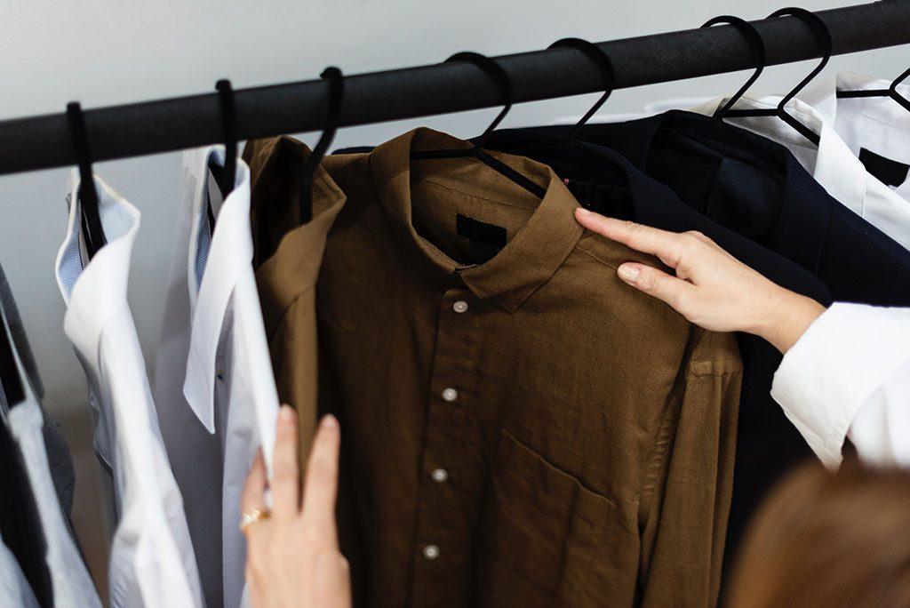 Camisas Apertadas Penduradas