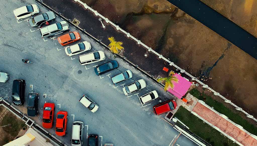 Carro à procura de lugar de estacionamento