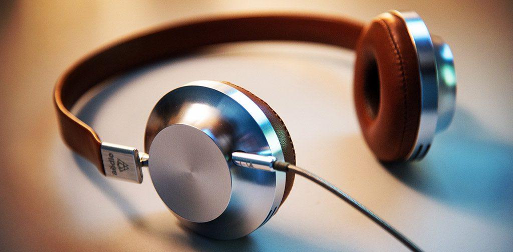 Headphones castanhos