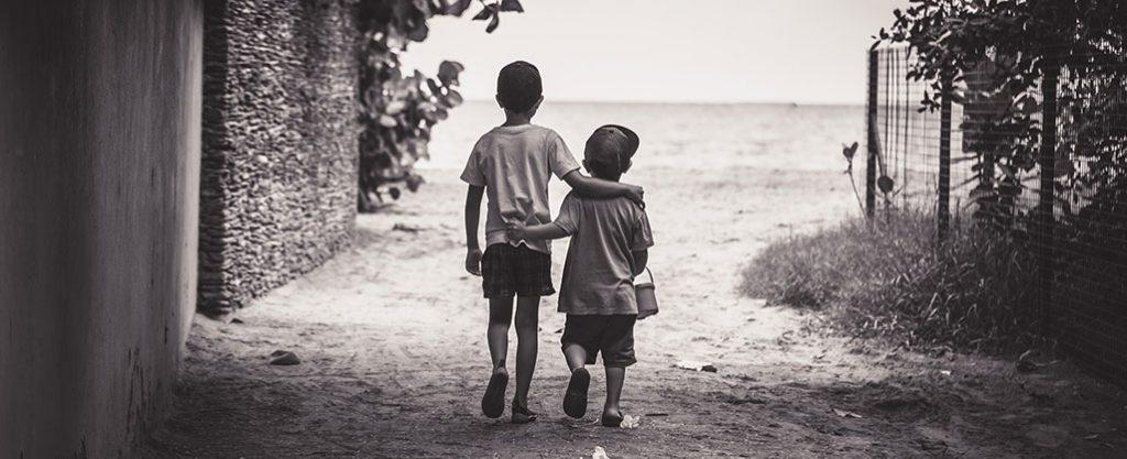 Irmãos a caminhar abraçado