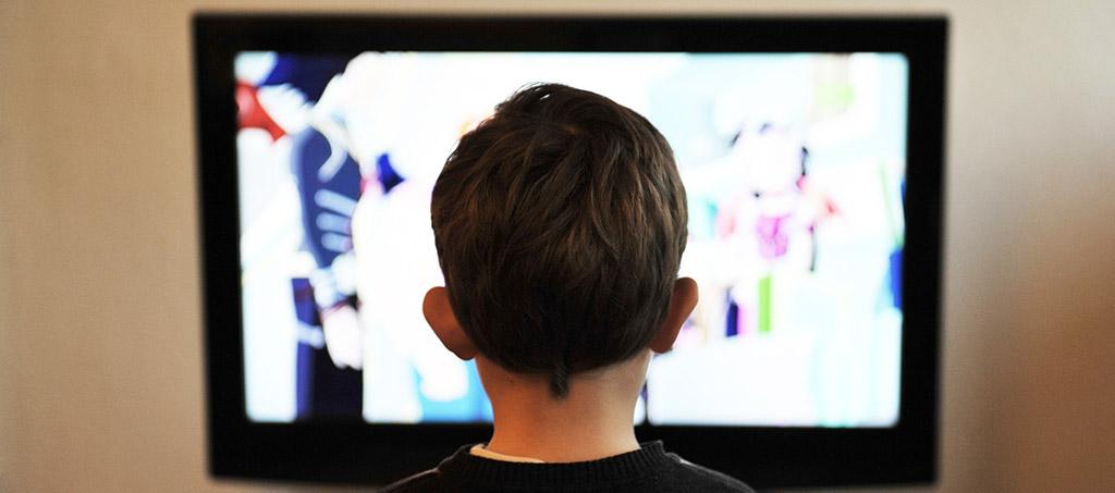 Menino a ver televisão