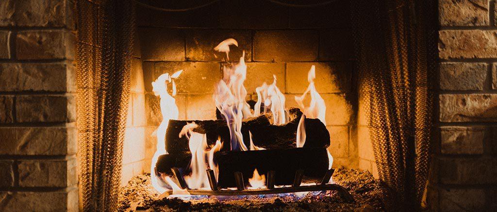 Lareira a queimar lenha