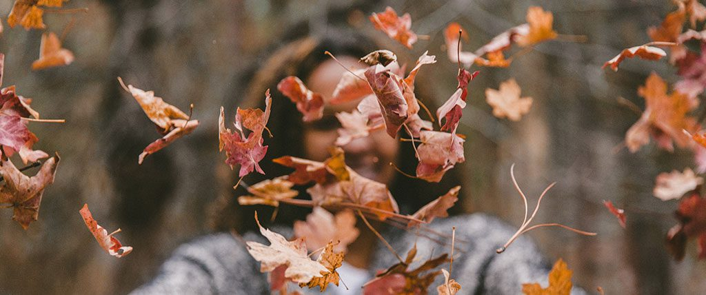 Mulher e folhas de outono