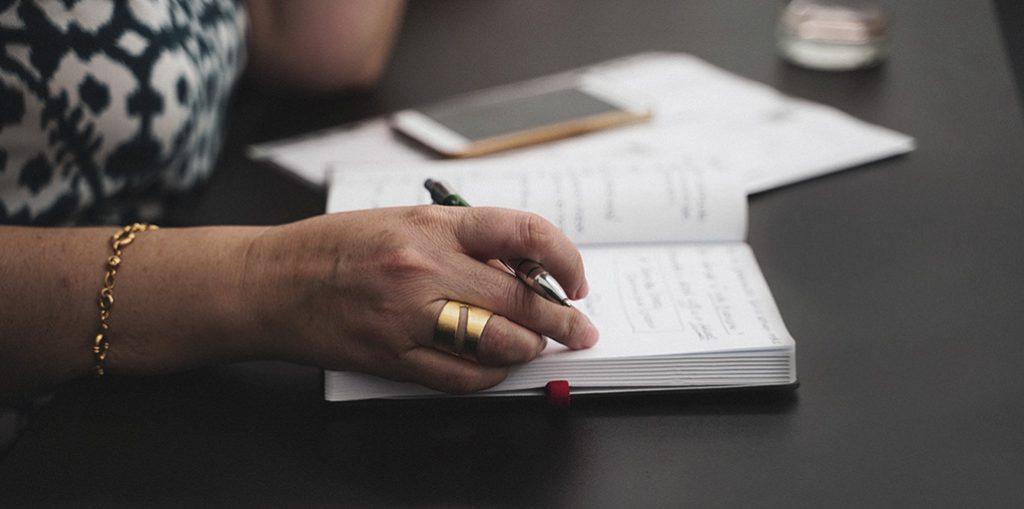 Mulher a escrever na agenda