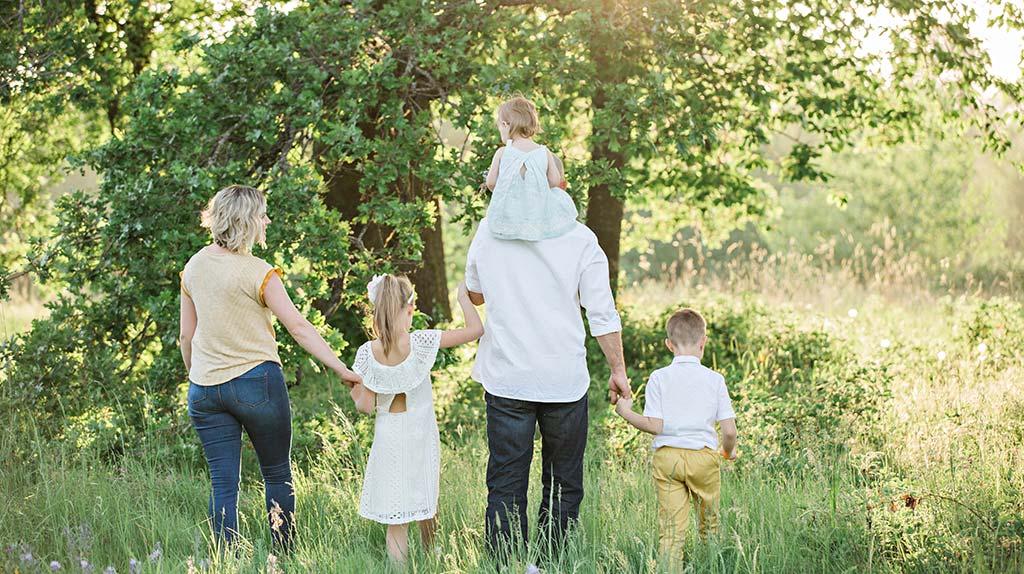 Família a passear na natureza