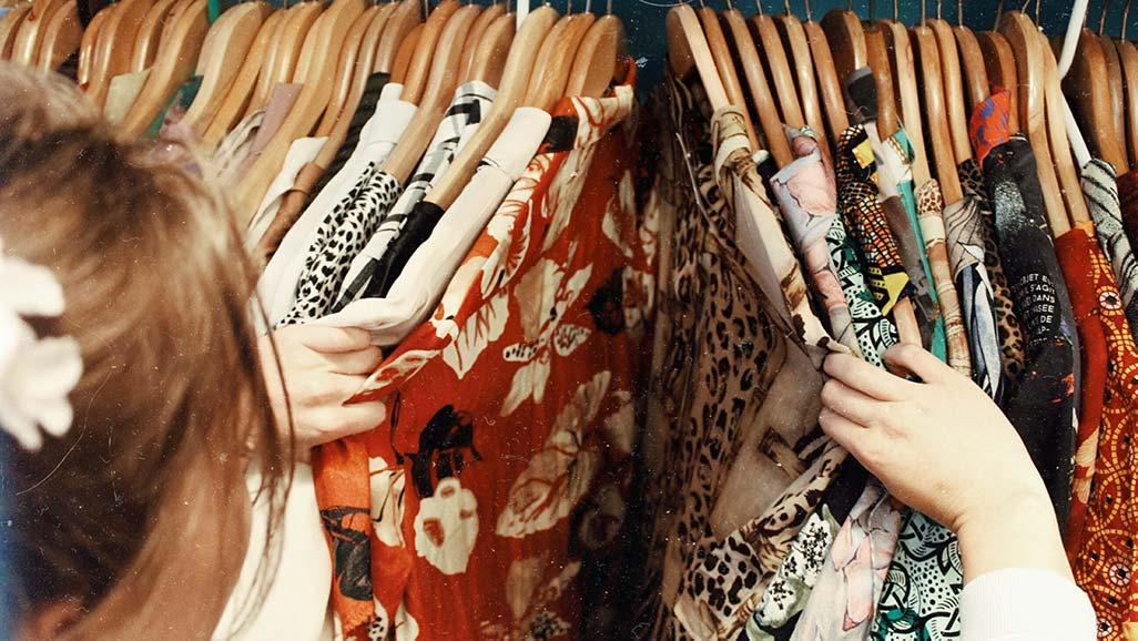 Mulher a comprar roupas