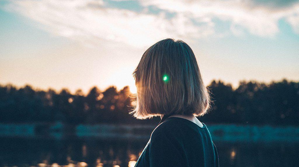 Mulher a ver o pôr do sol