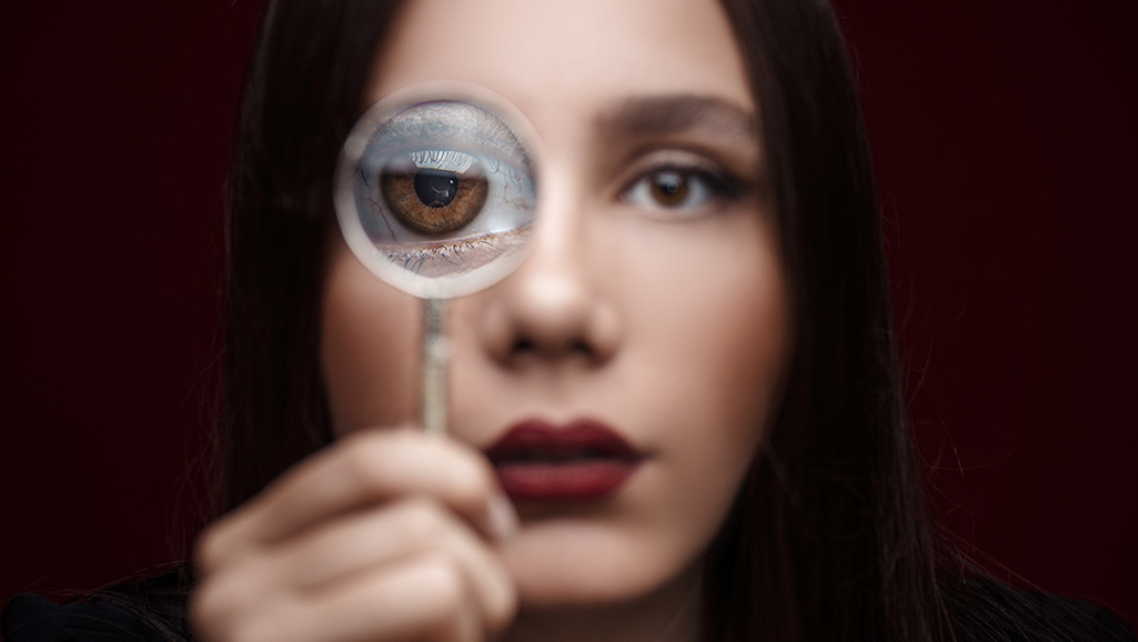 Mulher com uma lupa no olho